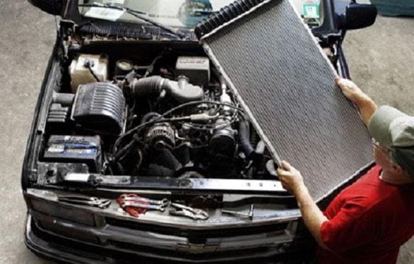 Sering Terlewatkan, Kenali 4 Penyebab Radiator Mobil Bocor